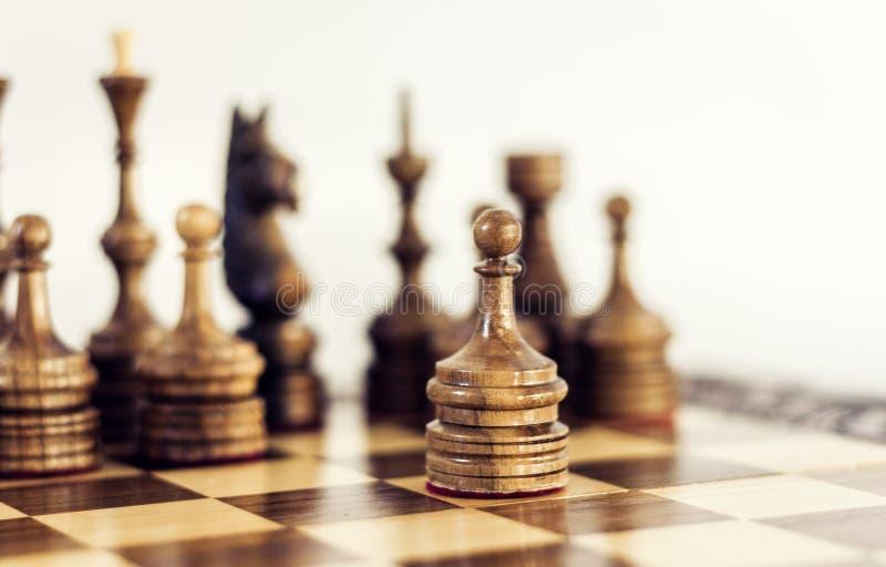 Ξύλινα κομμάτια σκακιού σε μια σκακιέρα, έννοια ηγεσίας στο άσπρο υπόβαθρο στοκ φωτογραφίες