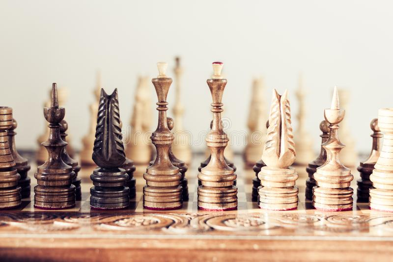 Ξύλινα κομμάτια σκακιού σε μια σκακιέρα, έννοια ηγεσίας στο άσπρο υπόβαθρο στοκ εικόνες με δικαίωμα ελεύθερης χρήσης