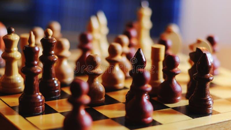 Ξύλινα κομμάτια σκακιού σε μια σκακιέρα, βασιλιάς στην εστίαση στοκ φωτογραφίες με δικαίωμα ελεύθερης χρήσης