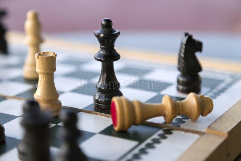 Ξύλινα κομμάτια σκακιού στη σκακιέρα, ματ στοκ εικόνα με δικαίωμα ελεύθερης χρήσης
