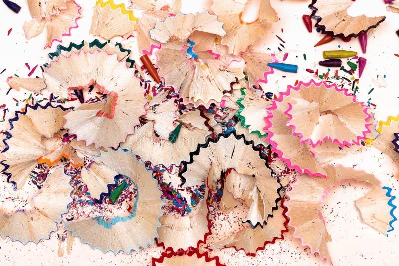 Ξύλινα ξέσματα μολυβιών στο υπόβαθρο της Λευκής Βίβλου στοκ φωτογραφία με δικαίωμα ελεύθερης χρήσης