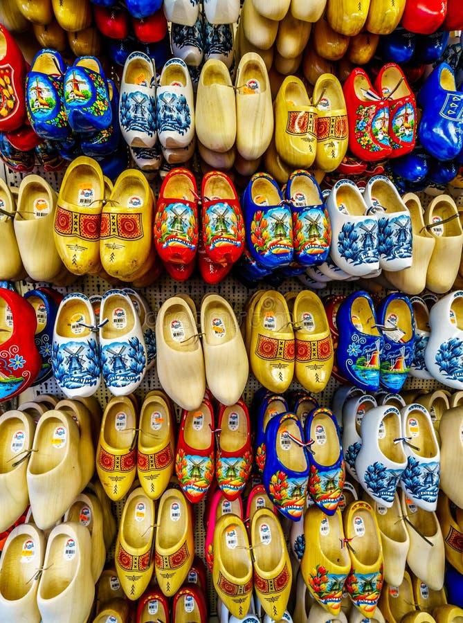 Ξύλινα παπούτσια σε ένα κατάστημα αναμνηστικών στο Άμστερνταμ, Ολλανδία στοκ εικόνες
