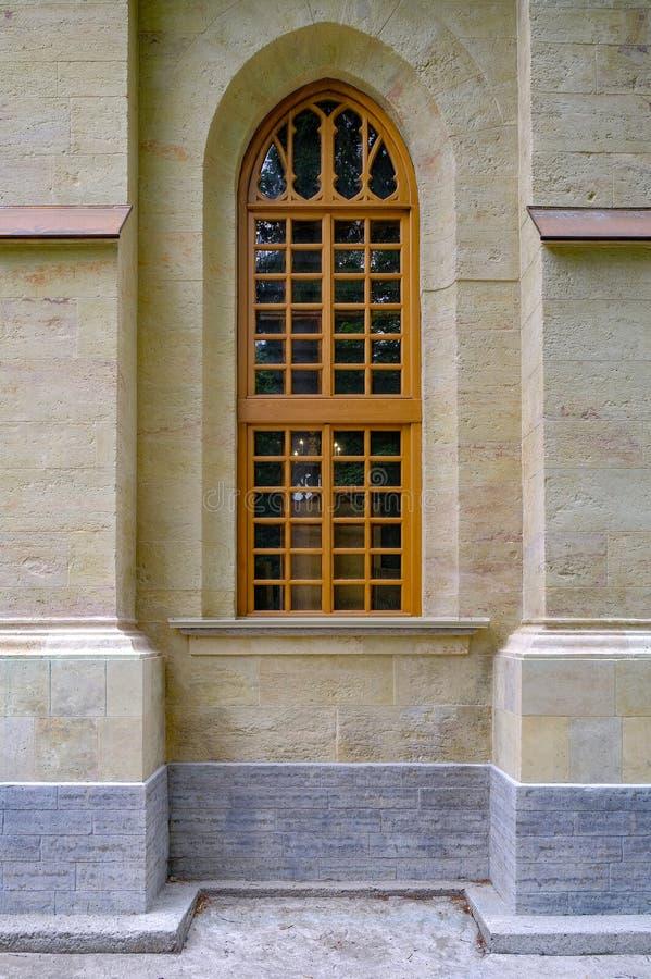 Ξύλινα παράθυρα του ναού στο γοτθικό ύφος Ναός στο βαθύ δασικό ταξίδι στη φύση, περιπέτεια στοκ εικόνα με δικαίωμα ελεύθερης χρήσης