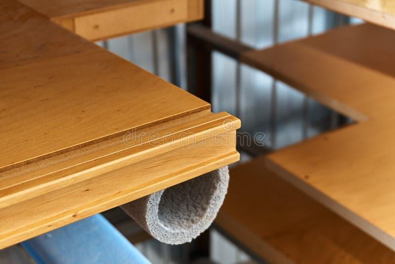 Ξύλινα πρόσοψη και ράφια επίπλων lacquered Ξύλινη παραγωγή λεπτομερειών στοκ φωτογραφία