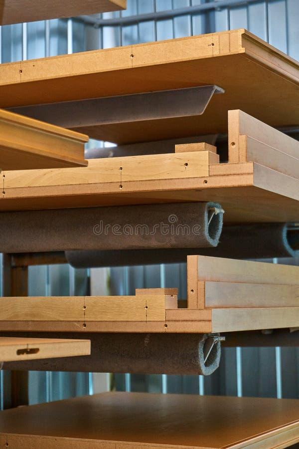 Ξύλινα πρόσοψη και ράφια επίπλων lacquered Ξύλινη παραγωγή λεπτομερειών στοκ φωτογραφία με δικαίωμα ελεύθερης χρήσης