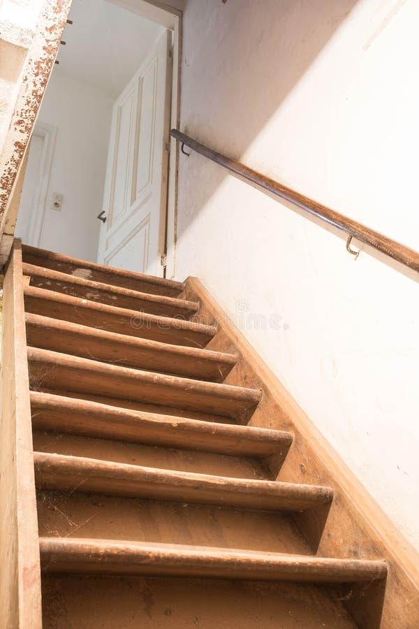Ξύλινα σκαλοπάτια υπογείων στοκ εικόνες
