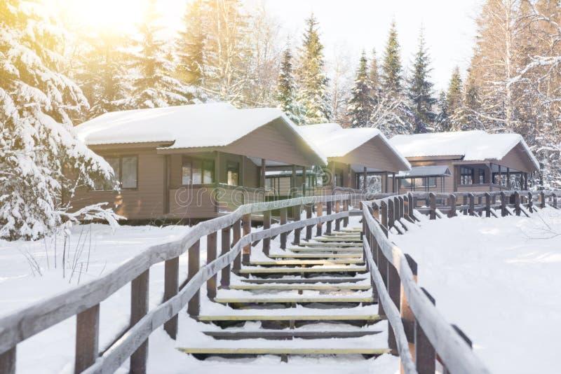 Ξύλινα σπίτια σε ένα χιονισμένο δάσος στοκ φωτογραφία με δικαίωμα ελεύθερης χρήσης