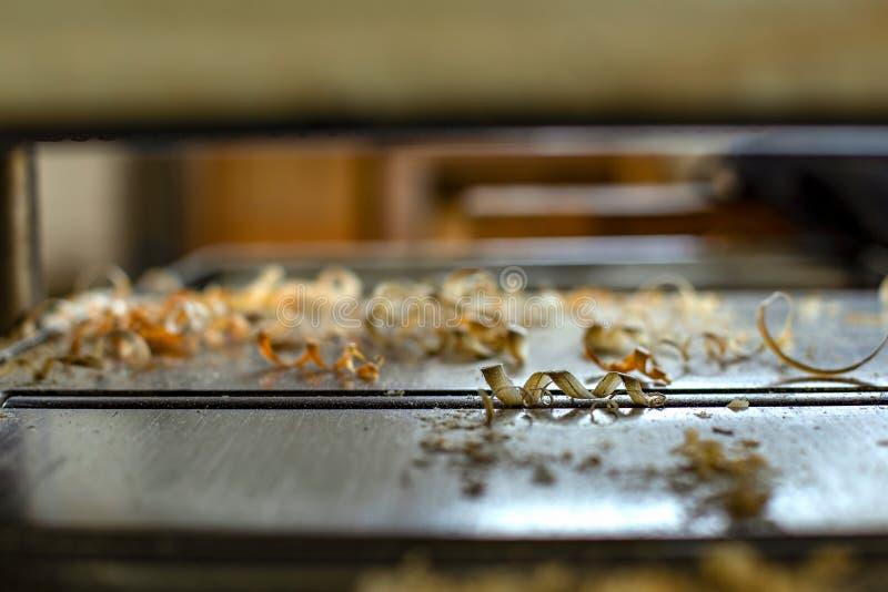 Ξύλινα τσιπ σε μια μηχανή πλανίσματος ξυλουργών στοκ φωτογραφίες με δικαίωμα ελεύθερης χρήσης