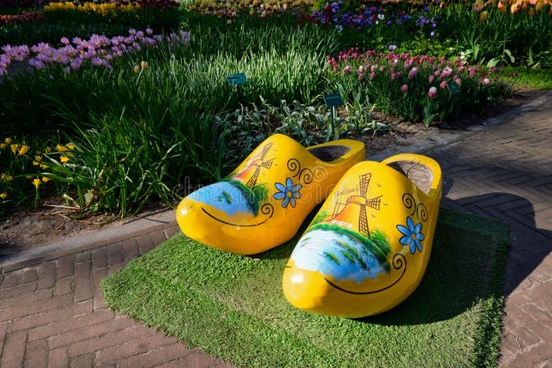 Ξύλινα clogs στον κήπο λουλουδιών Keukenhof, Κάτω Χώρες στοκ φωτογραφίες με δικαίωμα ελεύθερης χρήσης