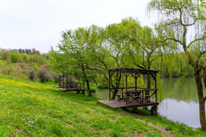 ξύλινα gazebos από τη λίμνη στοκ φωτογραφία