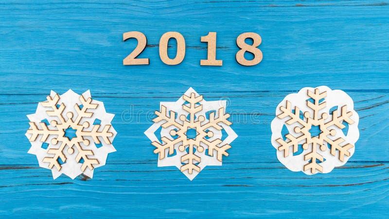 Ξύλινα snowflakes αριθμών 2018 και τρία στον μπλε ξύλινο παλαιό πίνακα στοκ εικόνες με δικαίωμα ελεύθερης χρήσης