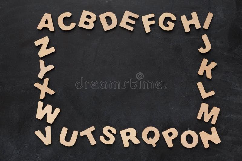 Ξύλινες αγγλικές επιστολές στο μαύρο υπόβαθρο στοκ εικόνες