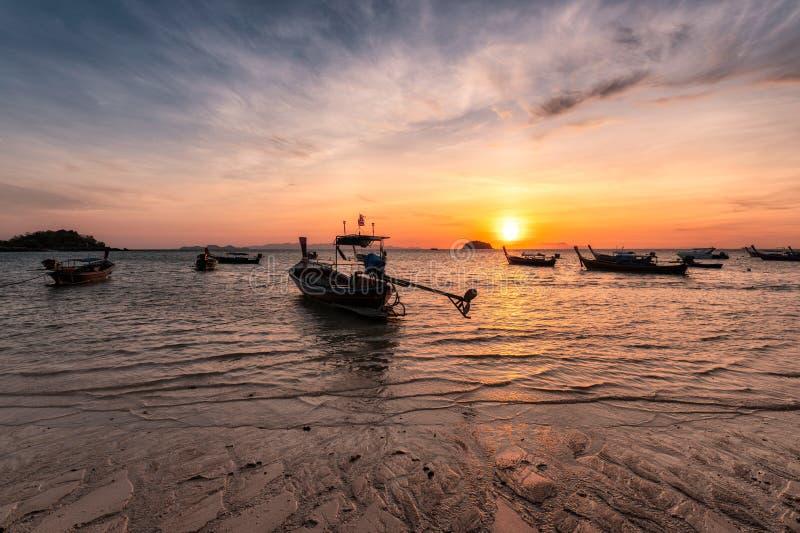 Ξύλινες βάρκες μακρύς-ουρών στην τροπική θάλασσα στην παραλία πρωινού ανατολής στοκ φωτογραφία με δικαίωμα ελεύθερης χρήσης