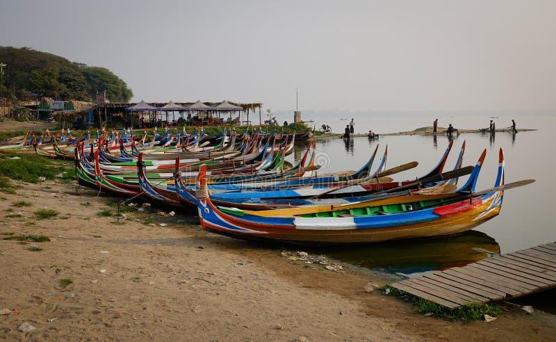 Ξύλινες βάρκες στη λίμνη στο Mandalay, το Μιανμάρ στοκ φωτογραφία με δικαίωμα ελεύθερης χρήσης