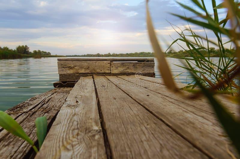 Ξύλινες διαβάσεις πεζών για τους ψαράδες στον ποταμό στοκ εικόνα
