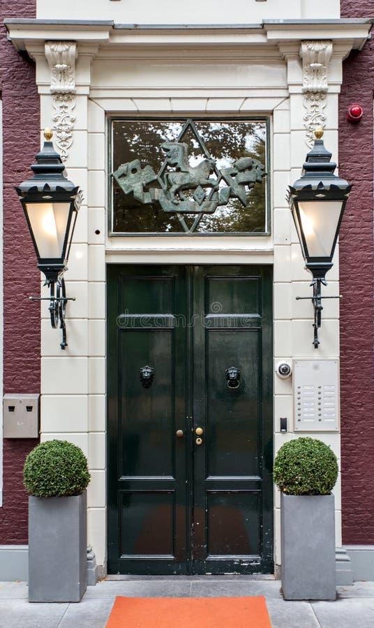Ξύλινες διπλές πόρτες με τα δοχεία λουλουδιών στοκ εικόνες με δικαίωμα ελεύθερης χρήσης
