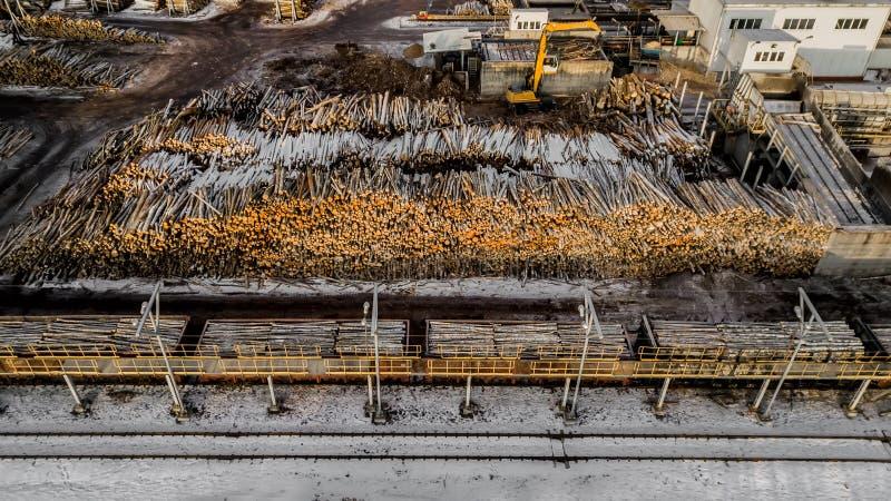 Ξύλινες εγκαταστάσεις παραγωγής επιτροπών Εργοστάσιο ξυλουργικής Μύλος ξυλείας Εναέρια έρευνα στοκ φωτογραφίες με δικαίωμα ελεύθερης χρήσης