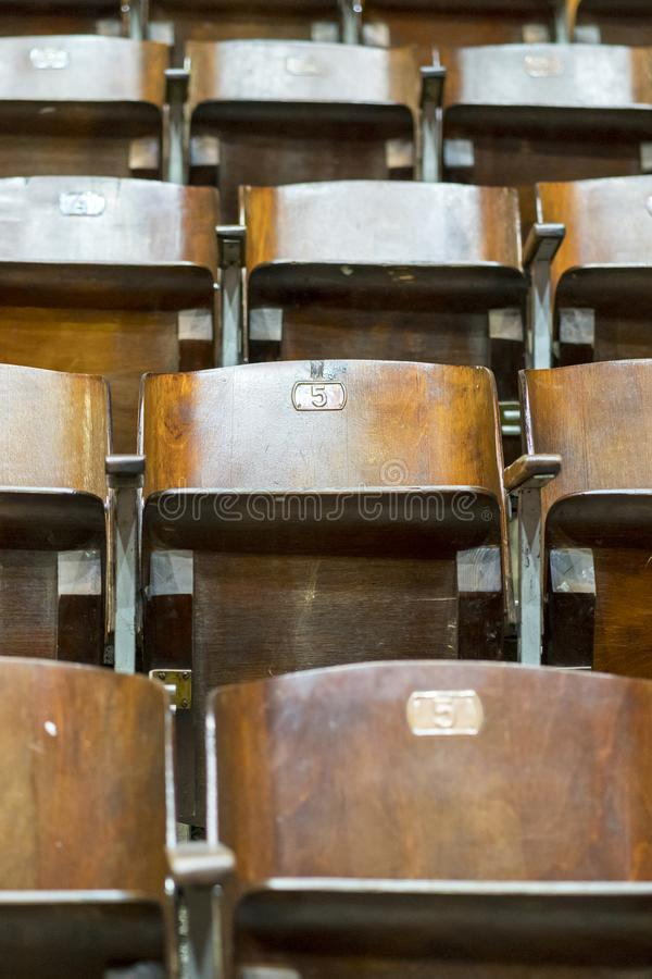 Ξύλινες καρέκλες στο τσίρκο στοκ φωτογραφίες