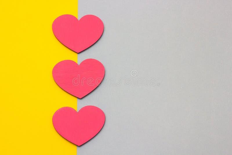 Ξύλινες καρδιές σε ένα πολύχρωμο υπόβαθρο, τοπ άποψη στοκ εικόνες