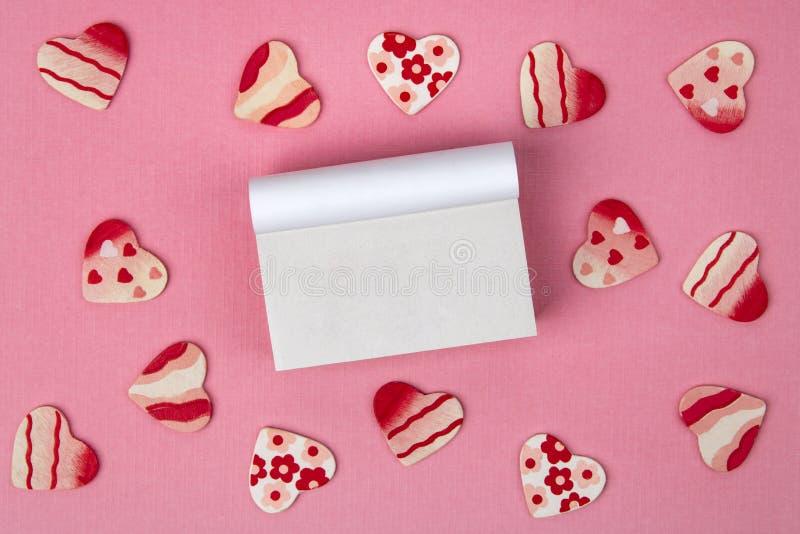 Ξύλινες καρδιές στο ροζ στοκ εικόνες