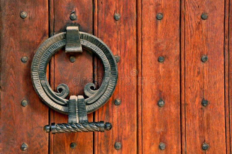 Ξύλινες πόρτες εκκλησιών και περίπλοκες αρθρώσεις μετάλλων στοκ φωτογραφία με δικαίωμα ελεύθερης χρήσης