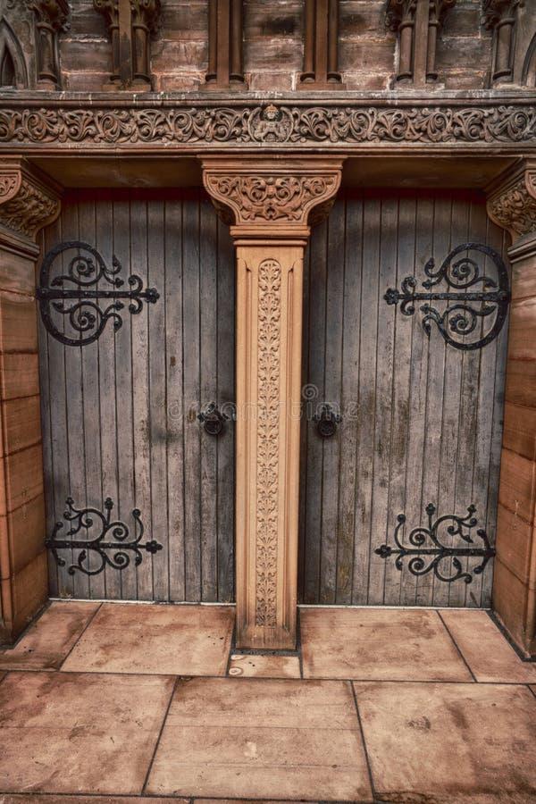 Ξύλινες πόρτες εκκλησιών του ST Andrews σε Moffat, Dumfries και Galloway, Σκωτία στοκ φωτογραφία