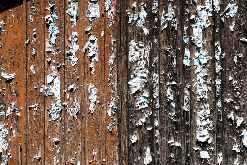 Ξύλινες πόρτες σιταποθηκών με τις βάσεις και τα υπολείμματα σχισμένος από τις αφίσες στοκ φωτογραφία με δικαίωμα ελεύθερης χρήσης