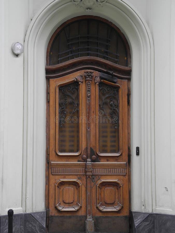 Ξύλινες πόρτες στο σπίτι στοκ φωτογραφία με δικαίωμα ελεύθερης χρήσης
