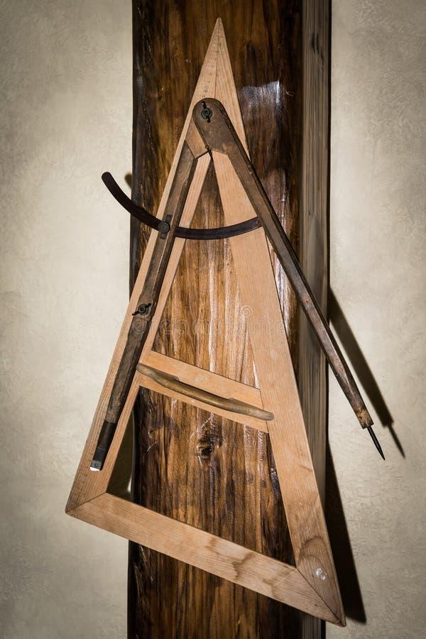 Ξύλινες τρίγωνο και πυξίδες που χρησιμοποιούνται σε ένα παλιό σχολείο στοκ φωτογραφία