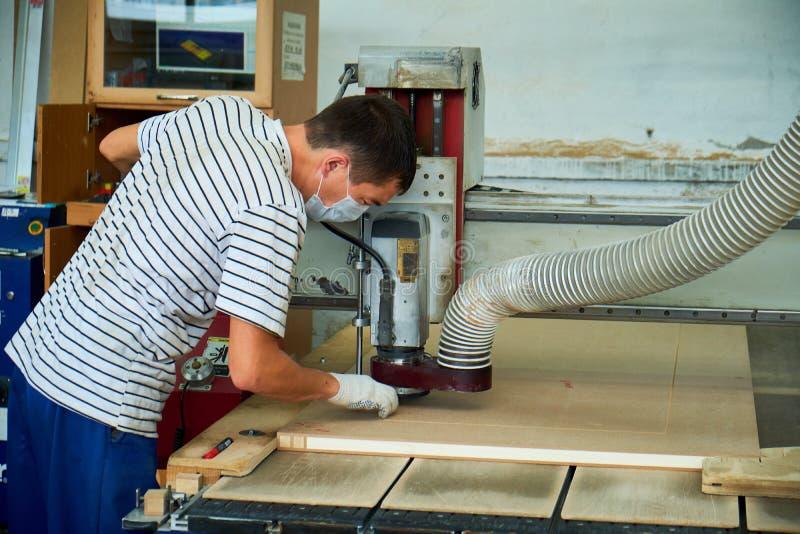 Ξύλινη άλεση πορτών, εσωτερική παραγωγή πορτών στοκ εικόνα με δικαίωμα ελεύθερης χρήσης