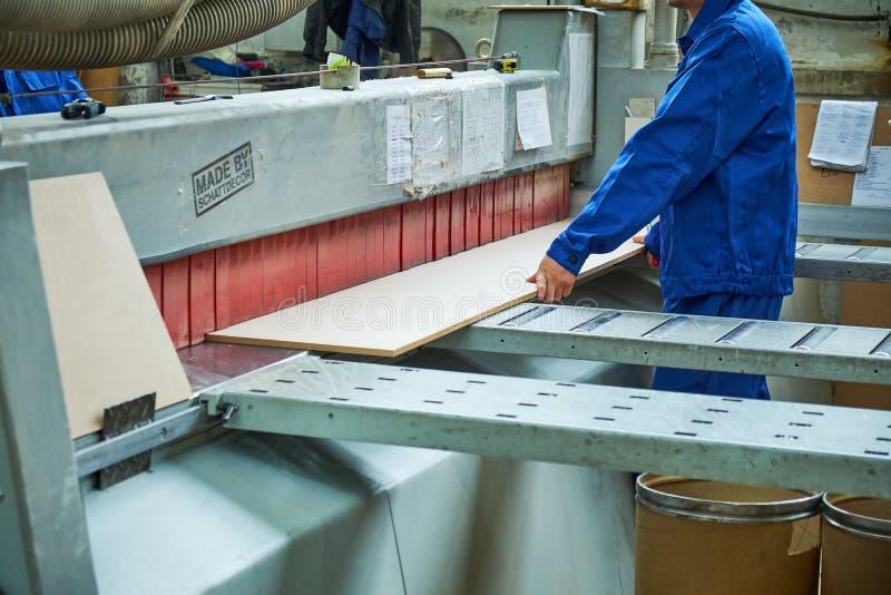 Ξύλινη άλεση πορτών, εσωτερική παραγωγή πορτών στοκ φωτογραφίες