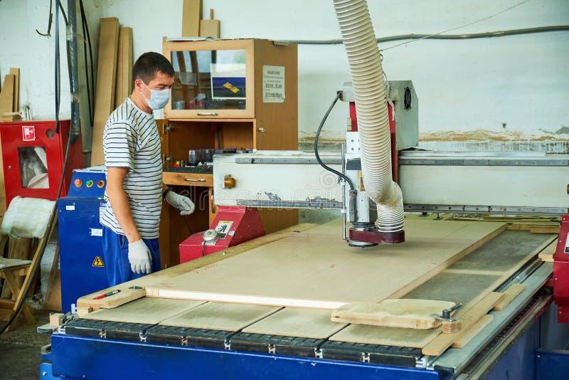 Ξύλινη άλεση πορτών, εσωτερική παραγωγή πορτών στοκ εικόνες με δικαίωμα ελεύθερης χρήσης