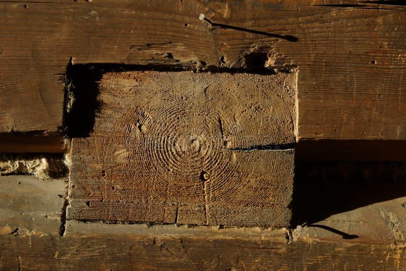 Ξύλινη ακτίνα σπίτι παλαιό Ξύλινες ράβδοι στοκ φωτογραφία