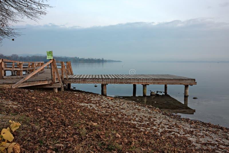Ξύλινη αποβάθρα για τις βάρκες πρόσδεσης, από τη λίμνη στοκ φωτογραφία