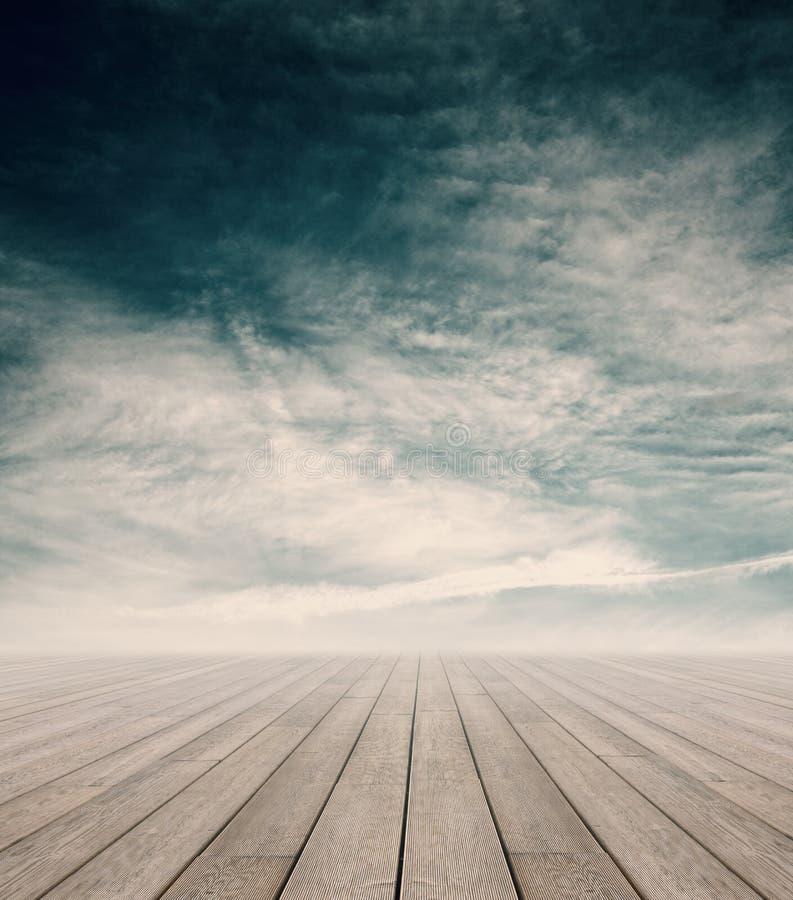 Ξύλινη αποβάθρα και νεφελώδης ουρανός στοκ φωτογραφίες