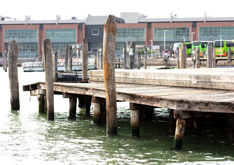 Ξύλινη αποβάθρα στη Βενετία στοκ εικόνα με δικαίωμα ελεύθερης χρήσης