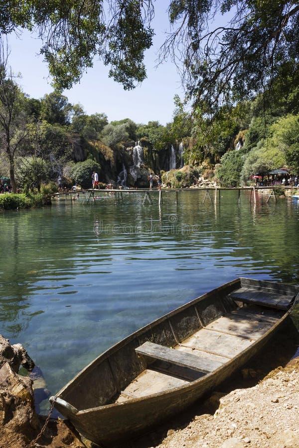 Ξύλινη βάρκα προσαραγμένη στο φυσικό πάρκο Kravica στοκ φωτογραφία με δικαίωμα ελεύθερης χρήσης