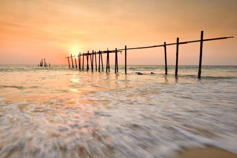 Ξύλινη γέφυρα με seascape στο ηλιοβασίλεμα στοκ εικόνες