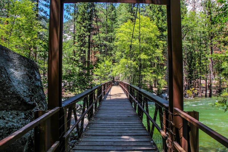 Ξύλινη γέφυρα πέρα από τον οργιμένος ποταμό βασιλιάδων στο εθνικό πάρκο φαραγγιών βασιλιάδων στοκ εικόνα