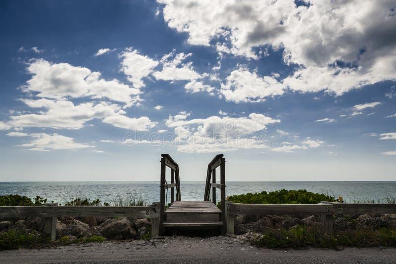 Ξύλινη διάβαση πεζών, παραλία & ουρανός στοκ φωτογραφία