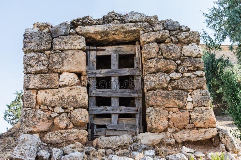 Ξύλινη είσοδος πορτών στον τοίχο πετρών στοκ φωτογραφίες