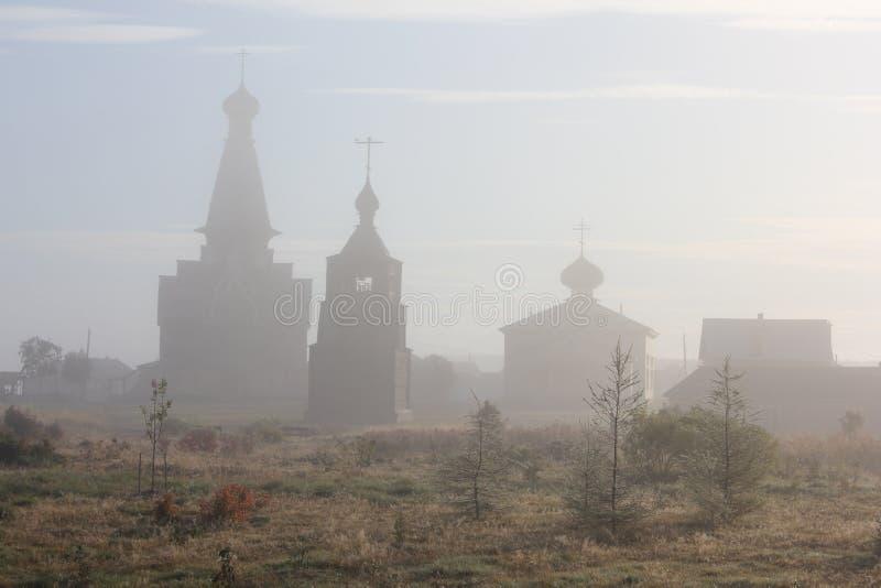 Ξύλινη εκκλησία στην ομίχλη στοκ φωτογραφίες