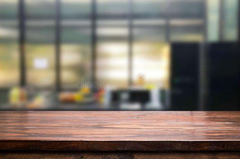 Ξύλινη επιτραπέζια κορυφή στην κουζίνα θαμπάδων ή το υπόβαθρο δωματίων καφέδων Για το mont στοκ εικόνες