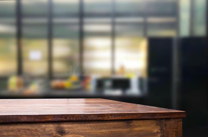 Ξύλινη επιτραπέζια κορυφή στην κουζίνα θαμπάδων ή το υπόβαθρο δωματίων καφέδων Για το mont στοκ φωτογραφία