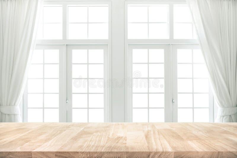 Ξύλινη επιτραπέζια κορυφή στη θαμπάδα του άσπρου παραθύρου με το υπόβαθρο κουρτινών στοκ εικόνες