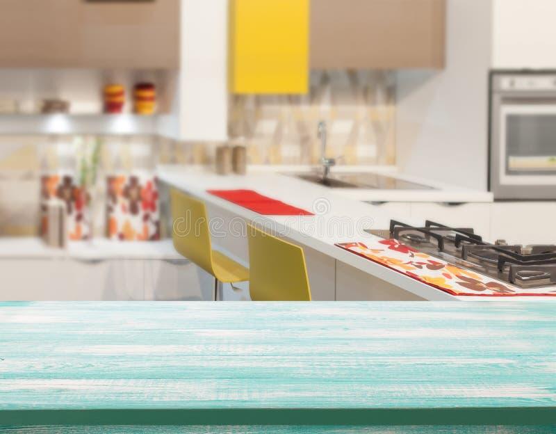 Ξύλινη επιτραπέζια κορυφή στο υπόβαθρο δωματίων κουζινών θαμπάδων Για την επίδειξη προϊόντων montage ή το βασικό οπτικό σχεδιάγρα στοκ εικόνες