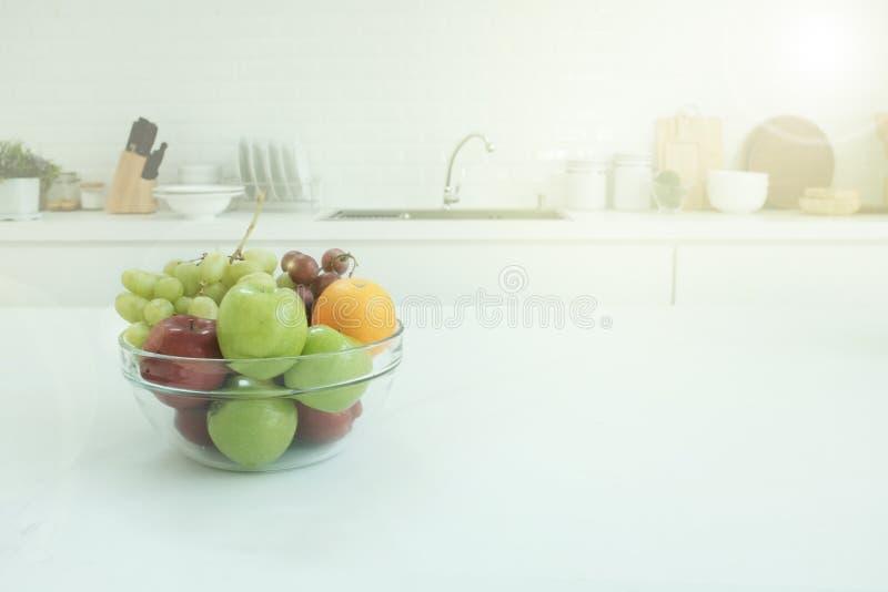 Ξύλινη επιτραπέζια κορυφή στο υπόβαθρο παραθύρων κουζινών θαμπάδων, πανοραμικό έμβλημα στοκ εικόνα