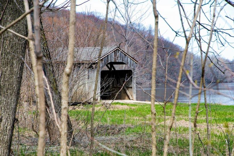 Ξύλινη καλυμμένη γέφυρα του Μίσιγκαν την άνοιξη στοκ εικόνα