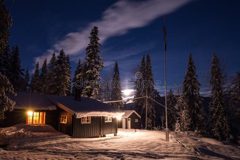 Ξύλινη καμπίνα στα ξύλα κοντά σε Heia, Geitfjellet, βόρεια Νορβηγία όμορφος χειμώνας νύχτας στοκ εικόνες με δικαίωμα ελεύθερης χρήσης