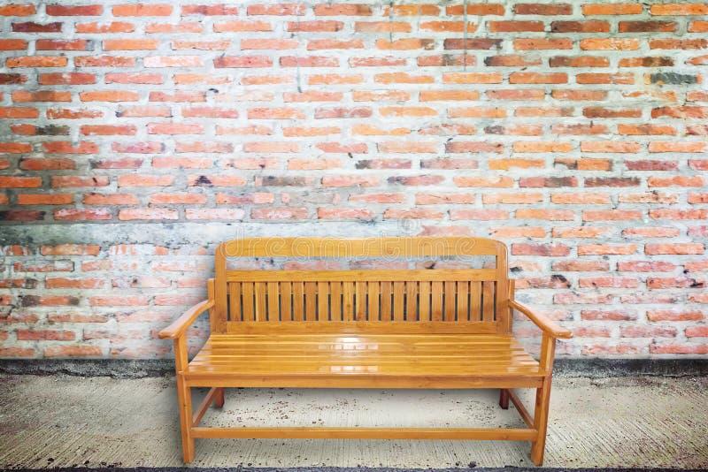 Ξύλινη καρέκλα στην ηλικίας οδό με τη σύσταση συμπαγών τοίχων στοκ φωτογραφία